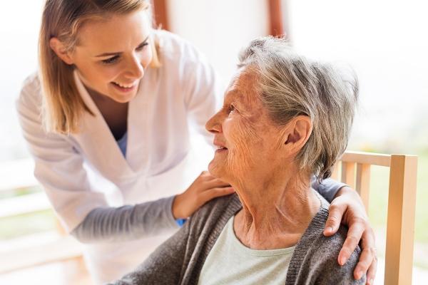 Foto de enfermera con anciana
